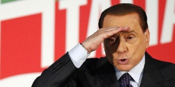 Berlusconi durante un'assemblea di Forza Italia
