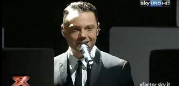 Tiziano Ferro durante la prima puntata di X Factor
