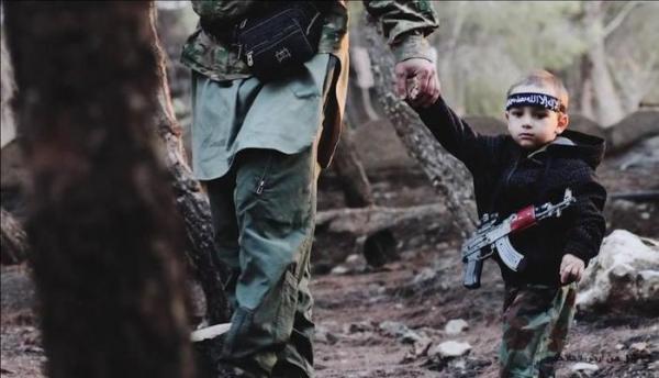 Il bambino fotografato con un combattente