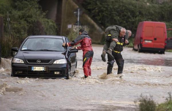 Intervento dei vigili del fuoco sul litorale nord di Roma