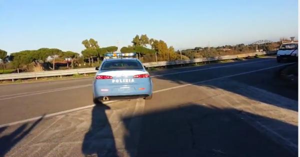 Rom al volante di un' auto della Polizia