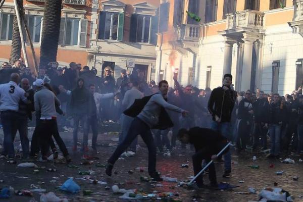 Scontri a Roma tra Polizia e ultras Feyenoord