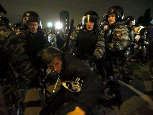 Foto 2: un ragazzo strattonato dalle autorità