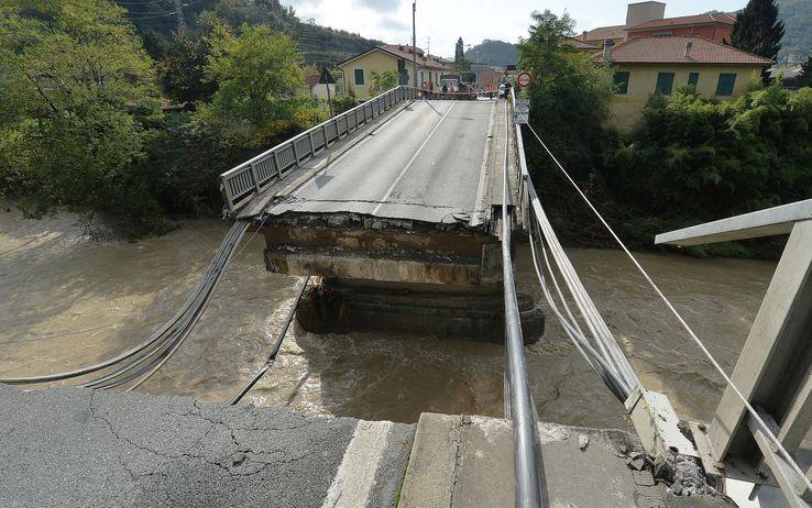Immagine del ponte crollato a Carasco