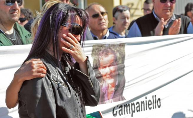 Tiziana ed i suoi sostenitori, in protesta e con lo striscione raffigurante il marito suicida per debiti