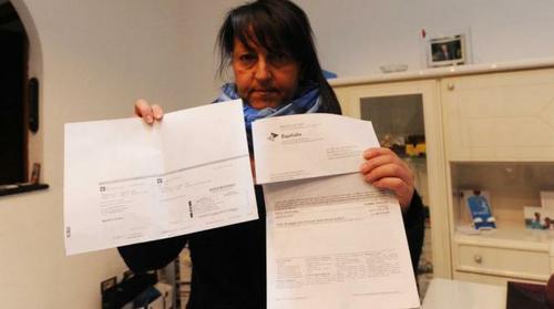 Tiziana Marrone, mentre mostra i documenti arrivati da Equitalia