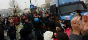 poliziotti si tolgono il casco