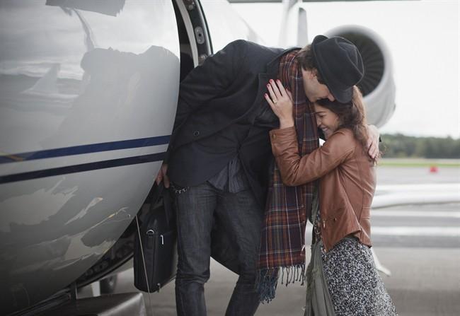 posta-del-cuore-coppia-partenza-aereo-viaggio_650x447