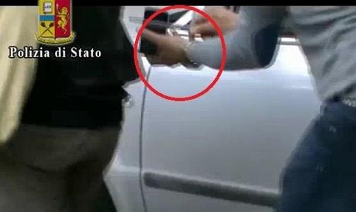 La scena del filmato che incrimina il borseggiatore 43enne