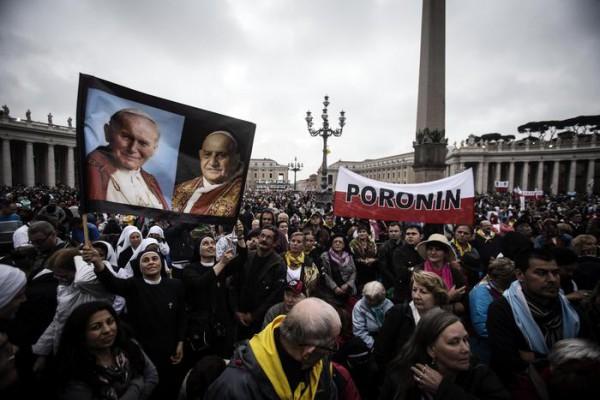 Grande afflusso di pellegrini per la storica canonizzazione dei due Papi simbolo del '900