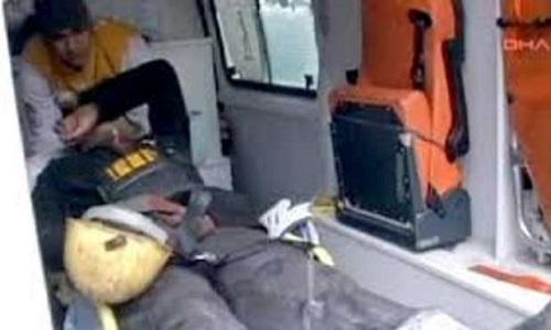 Uno dei minatori soccorsi, gravemente ferito e portato in ospedale