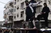 """Isis, crocifisso e decapitato: """"Quest'uomo era una spia"""" (FOTO CHOC)"""