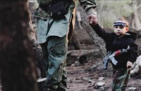 """Bambino nelle foto dell'Isis, la madre: """"Tutta colpa del papà"""""""