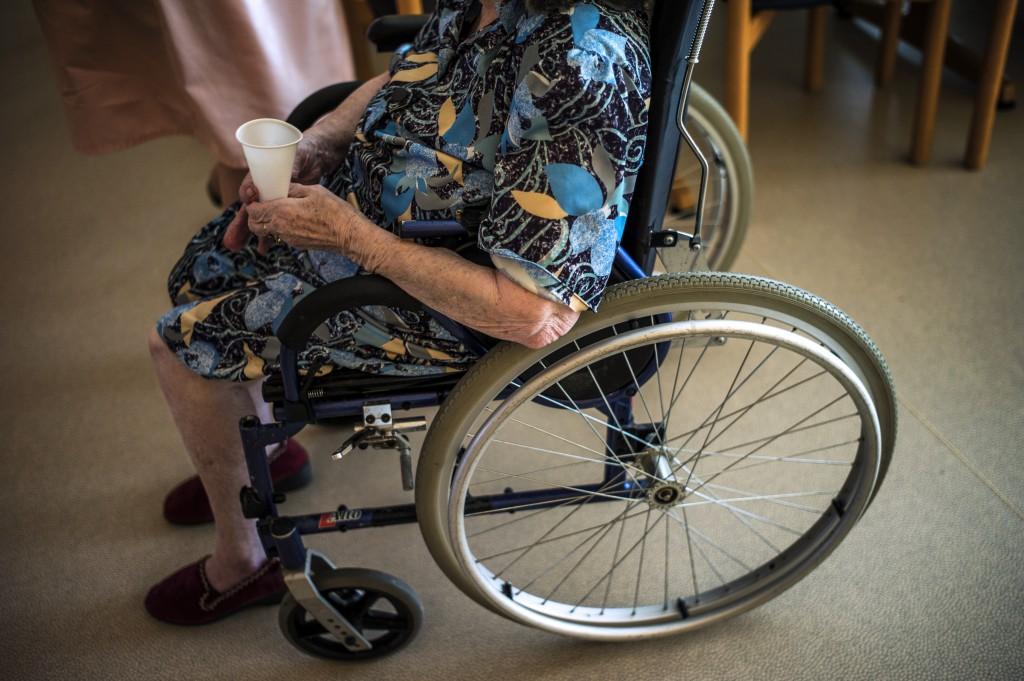 Donna su sedia a rotelle