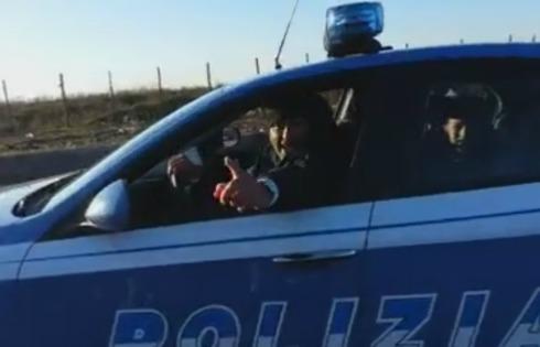 Un frame del video che ritrae i Rom al volante
