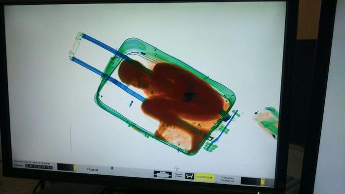 Bambino chiuso nella valigia