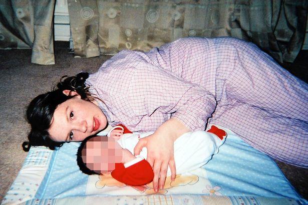 La figlia tradita dalla madre con il bambino