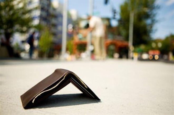 Giovane disoccupata trova un portafoglio con 500 euro e lo porta ai carabinieri