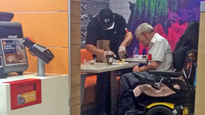 Cassiere McDonald's aiuta cliente