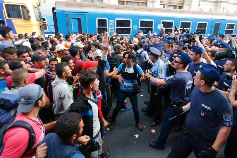 Migranti invadono la stazione di Keleti