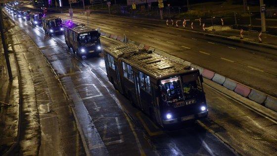 Migranti, gli autobus arrivano in Austria