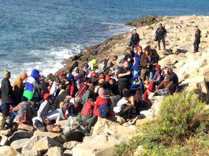 Migranti lasciano gli scogli