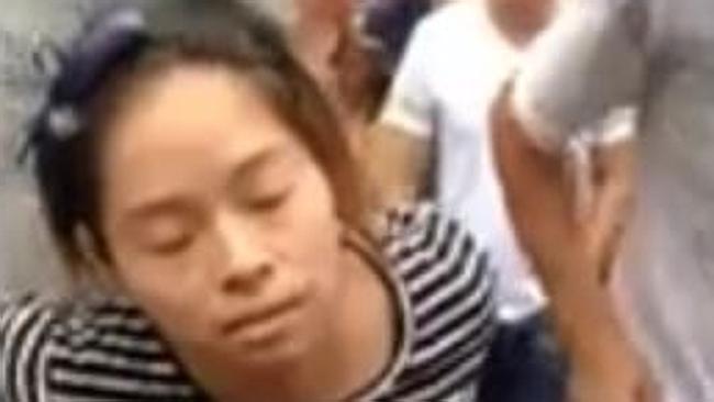 donna incinta picchiata dalla folla