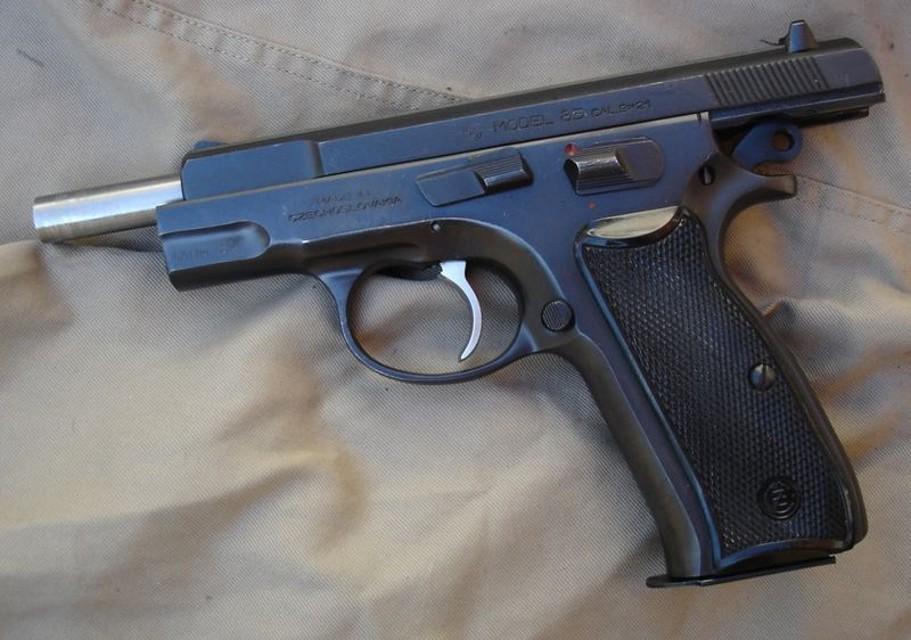 Bimbo di due anni si spara con la pistola del padre
