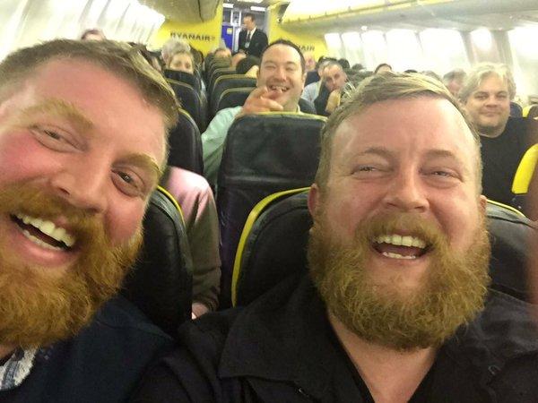 Il selfie di Robert e Neil, 2 sosia che si sono incontrati su un aereo