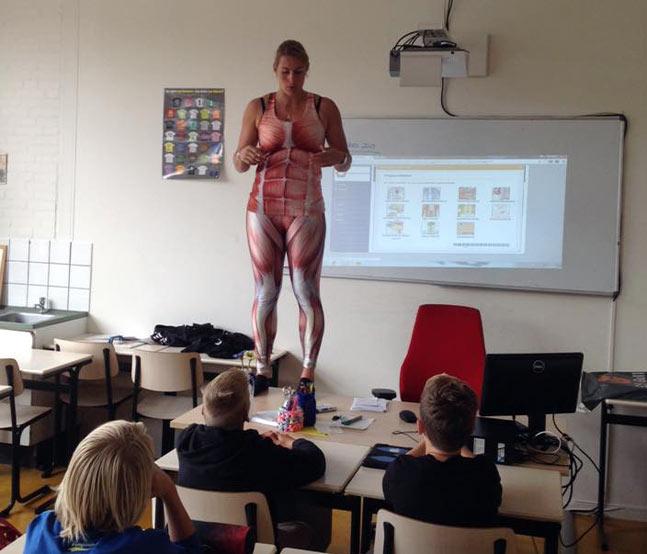 Insegnante si spoglia davanti agli studenti per insegnare anatomia