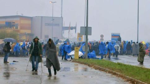 Migranti, la Croazia apre il confine serbo