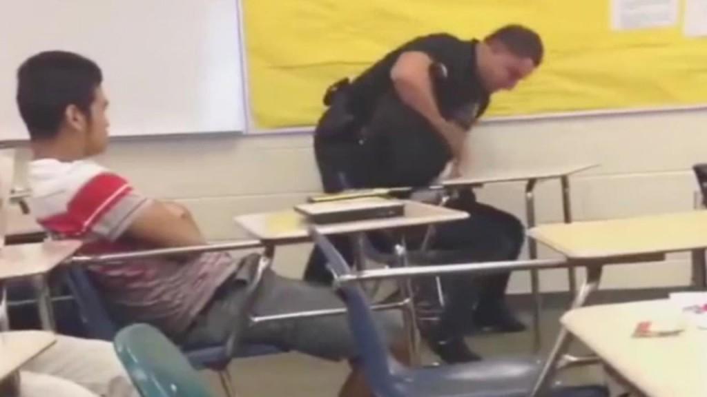 Poliziotto trascina studentessa nera in aula