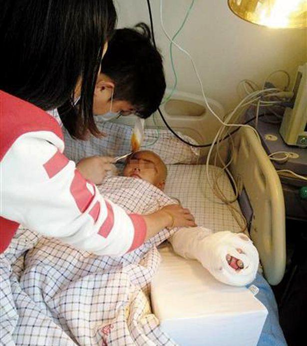 Taglia le dita e il pene a un bambino