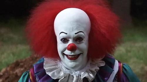 Uomini vestiti da clown che terrorizzano i bambini