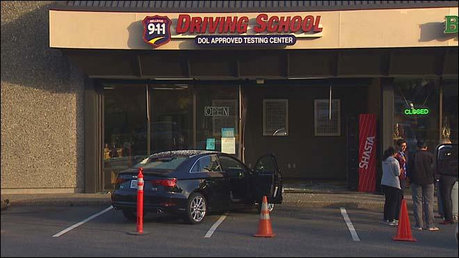 Ragazza si schianta contro scuola guida durante esame patente