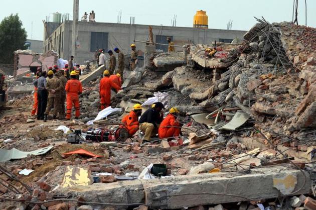 Crolla una fabbrica a Lahore