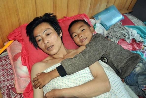 Il piccolo Ou Yangling accudisce ogni giorno il padre paralizzato