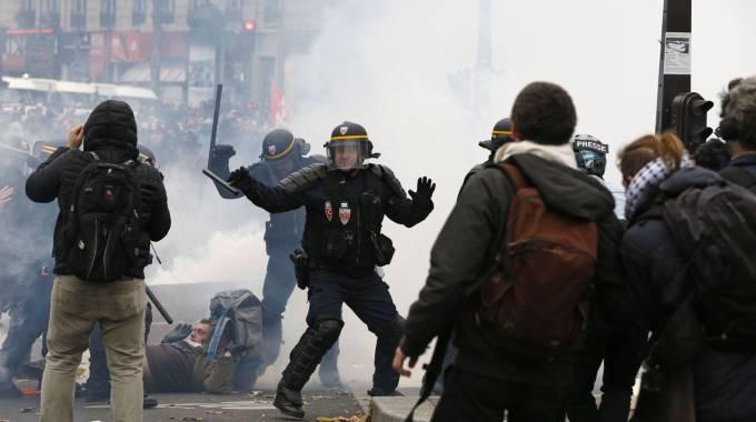 Manifestazione non autorizzata a Parigi