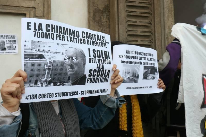 Studenti protestano al vescovado a Milano