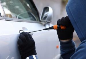 Ladri rubano auto ma trovano dentro bambino