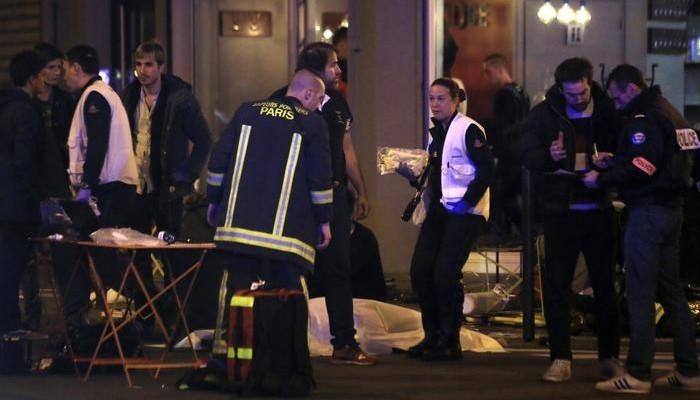 Un probabile 15enne tra gli attentatori davanti allo Stade de France