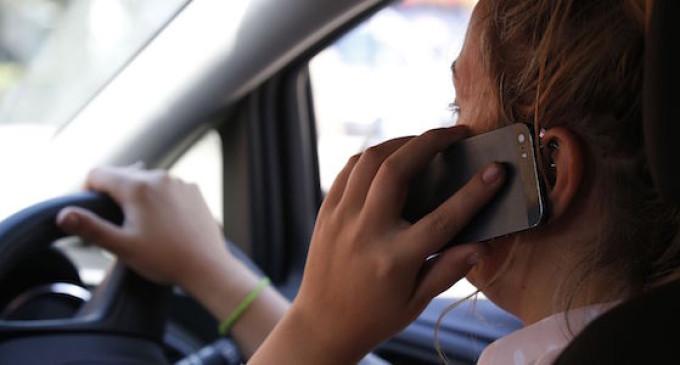 Guida al cellulare, la multa può essere tolta se la telefonata era urgente