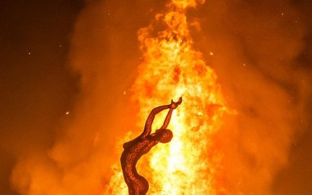 Bruciata viva dal compagno dopo litigio