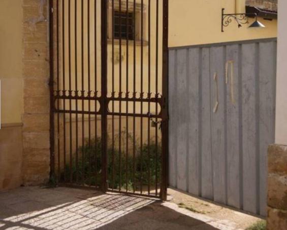 Legano ragazzo disabile ad un cancello