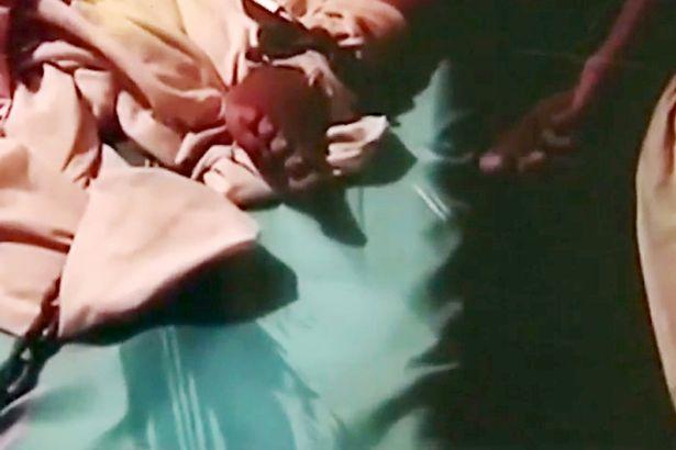 Bambino legato dalla madre con una catena perché disobbediente