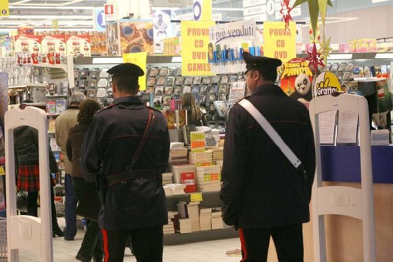 Carabinieri al supermercato