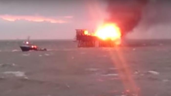 Incendio sulla piattaforma petrolifera