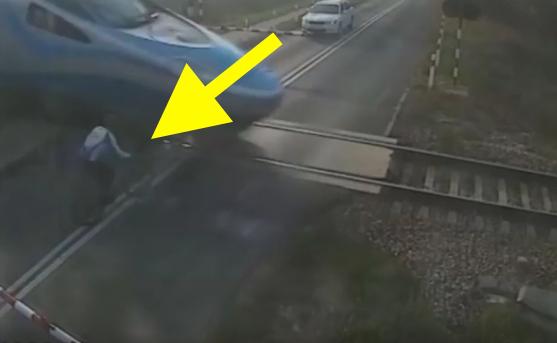 Ciclista investito da un treno