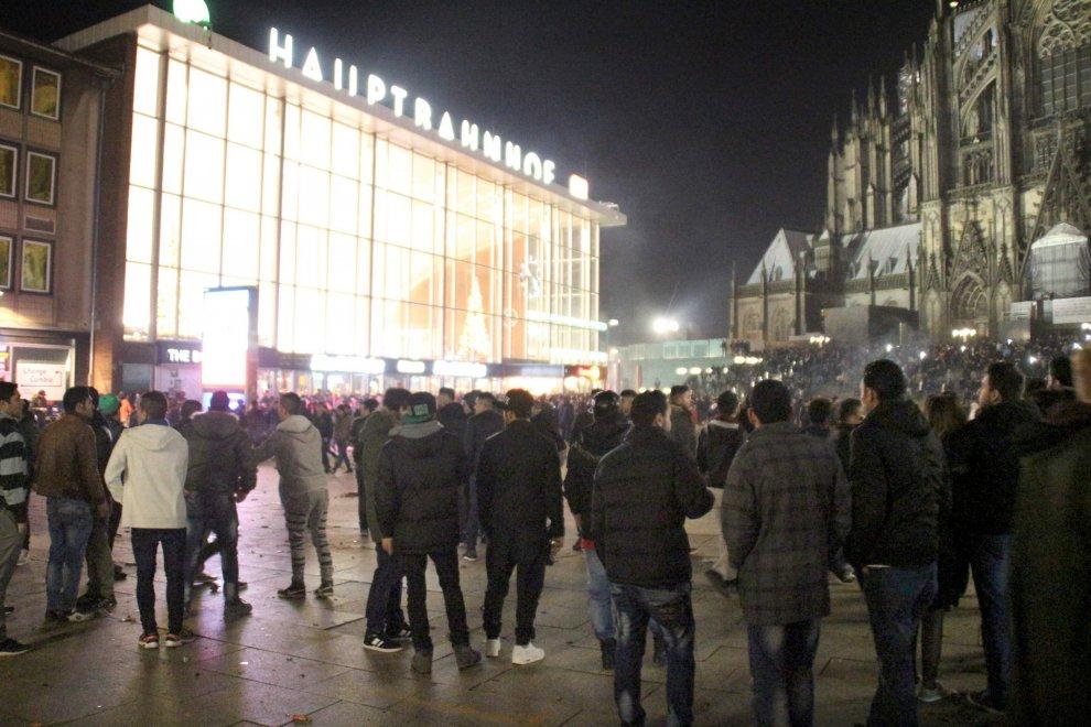 Aggressioni a Colonia: Merkel promette pugno di ferro