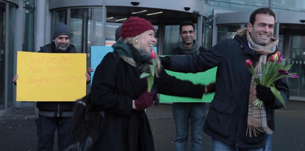 Rifugiati regalano rose alle donne dopo Colonia